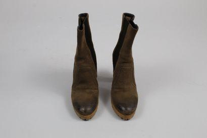 PRADA    Paire de boots à talon en daim brun à semelle crantée, partiellement elastiquées....