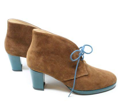 DELAGE Paire de chaussures en daim marron.