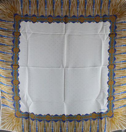 CHANEL  Carré en soie blanche à décor d'une...