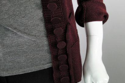 GUCCI    Cardigan en laine bordeaux à grosses mailles, boutonnage central recouvert...