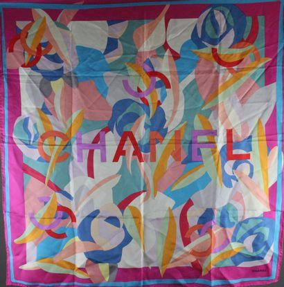 CHANEL  Carré de soie à motifs géométriques multicolores s'entremelant avec le nom...