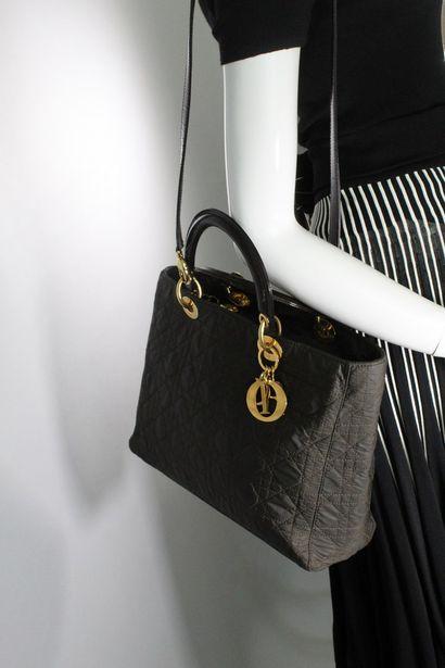 CHRISTIAN DIOR    Modèle Lady Dior GM en cuir verni et nylon marron, accastillages...