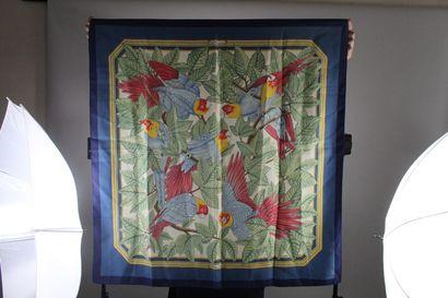 """HERMES    Carré modèle """"Les Perroquets"""" en soie bleue, jaune, verte et rouge.  Année..."""