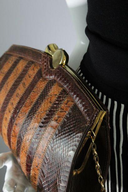 ANONYME    Sac en reptile bi-colore bi-matière havane et marron, bandoulière amovible...