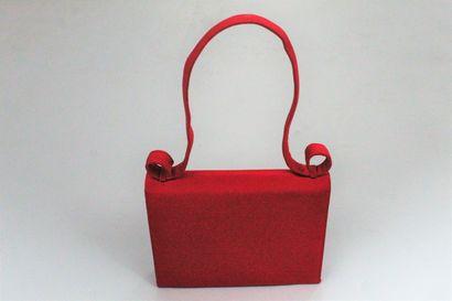 GIVENCHY COUTURE    Petit sac du soir recouvert de taffetas rouge à poignées à motif...