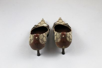 GUCCI    Paire d'escarpins à petits talons en cuir havane et toile beige Guccissima...