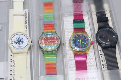 SWATCH  4 montres bracelet, boîte d'origine.    Piles à changer.