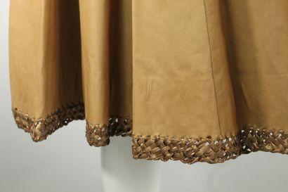 DONNA KARAN    Jupe cercle en cuir de veau italien beige à décor de surpiqures d'osier...