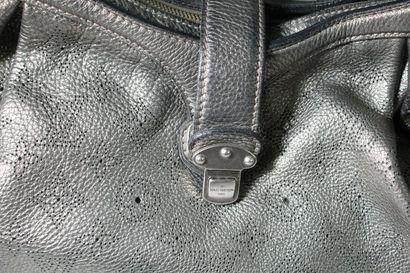 """LOUIS VUITTON    Sac à main modèle """"XS"""" en cuir mahina argent noirci.  Accastillages..."""