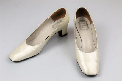 SOULIERS CHRISTIAN DIOR (Circa 1960)    Paire...