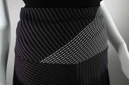 ISSEY MIYAKE    Lot de deux sarouels à imprimés géométriques, l'un gris, noir et...