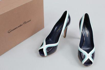 GIANVITO ROSSI    Paire d'escarpins en cuir glacé bleu nuit, blanc et bleu pâle,...