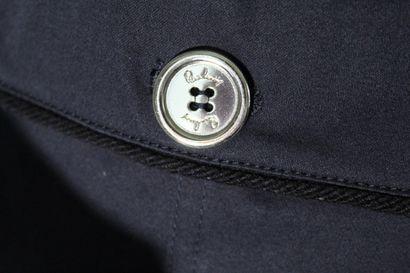 BURBERRY    Jupe droite en coton bleu marine, deux poches rabat boutonnées, contours...