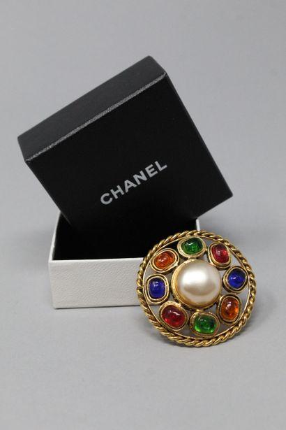 CHANEL Broche ronde en métal doré ajourée,...
