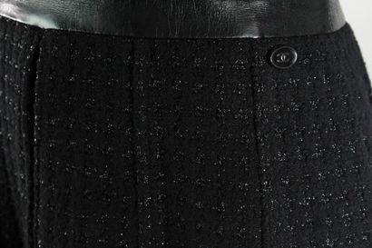 CHANEL    Robe à manches ultra courtes noire bimatière en cuir d'agneau pour la...