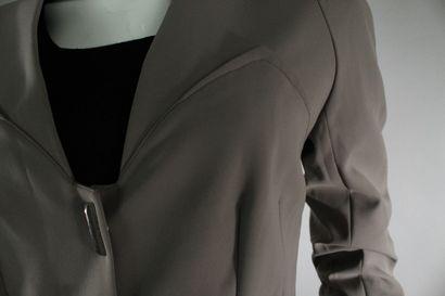 MUGLER    Ensemble tailleur pantalon fluide gris souris, la veste à applats et boutons...