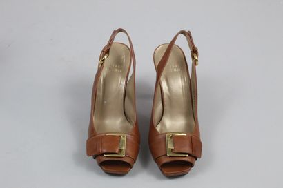 STUART WEITZMAN    Paire de sandales à talon en cuir havane lisse à détail de boucle...