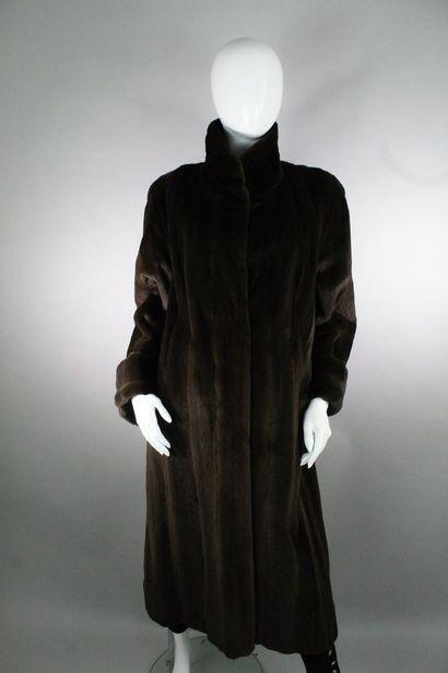 BIRGER CHRISTENSEN (chez SAKS FIFTH AVENUE)    Long manteau vison rasé marron. Surempiècement...