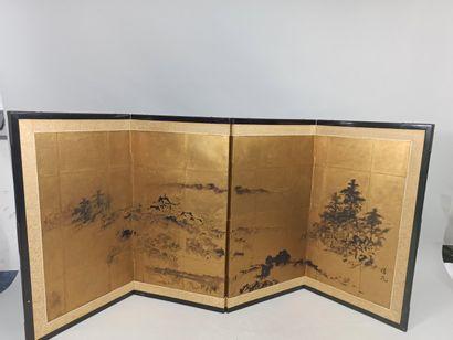JAPON  Petit paravent à fond or et à décor...