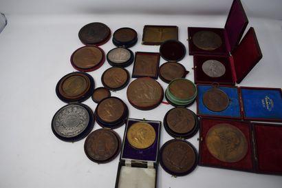 Fort lot de médailles en bronze comprenant...