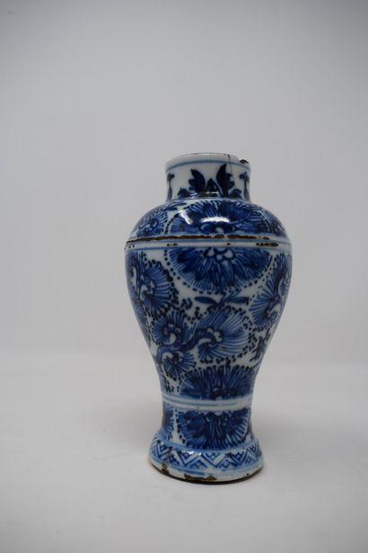 CHINE - XXème siècle.  Petit vase balustre...