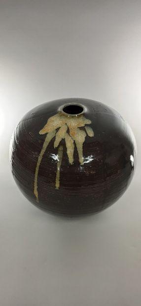 Grand vase boule  Grès, porte une signature...