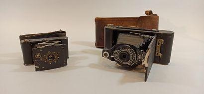 Lot de deux appareils photographiques:  -...