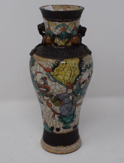 NANKIN petit vase en grès et émaux polychromes...