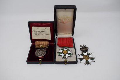 Lot comprenant:  1) Médaille de chevalier...