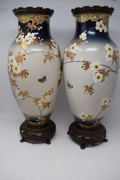 JAPON - XXème siècle  Paire de vases  Monture...
