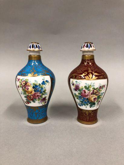 Paire de flacons en porcelaine de Sèvres...
