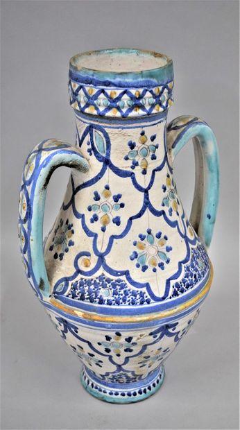 Vase en faïence à deux anses à décor bleu,...