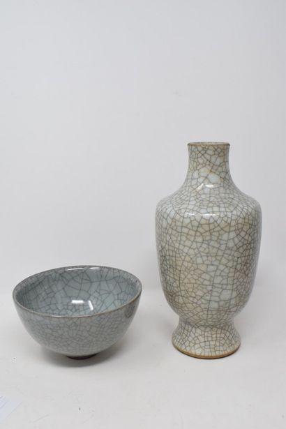 CHINE, XXème siècle  Bol et vase en porcelaine...