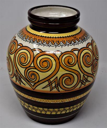 QUIMPER  Vase en faïence à col ouvert à décor...