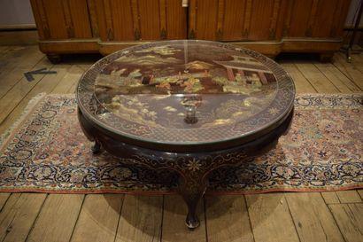 CHINE, vers 1950  Table ronde en bois culpté...