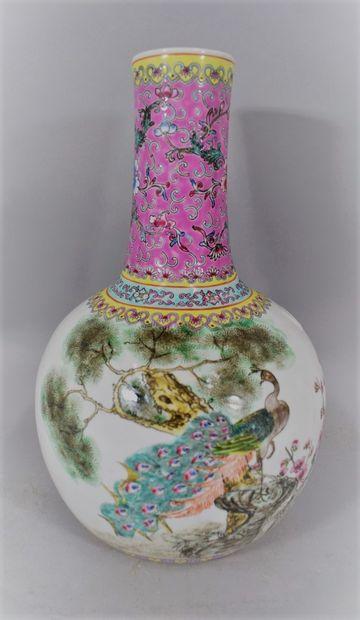 CHINE - XXème SIECLE,  Vase en porcelaine...