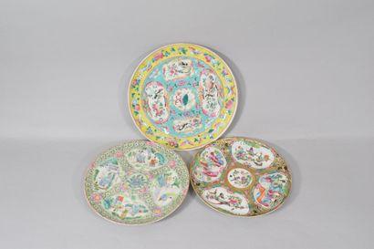 CHINE, Canton  Trois assiettes en porcelaine...