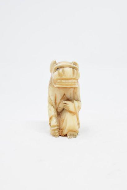 JAPON - XXème siècle  Netsuke en ivoire d'un...
