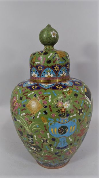 CHINE, Vers 1900  Vase balustre couvert en...