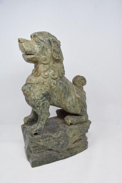 CHINE - XXème siècle.  Chien de Fô en pierre...