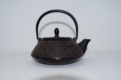 CHINE  Théière en fonte à décor de motifs...