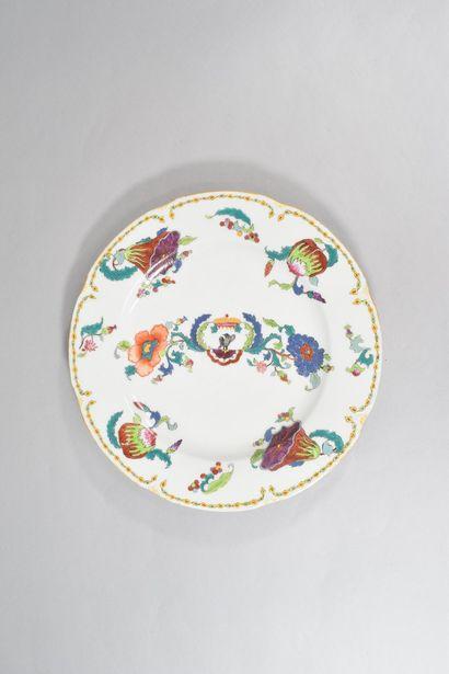 Plat rond en porcelaine à décor de fleurs...