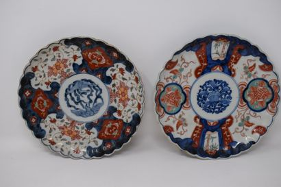 Deux assiettes style Imari, les bords polylobés....