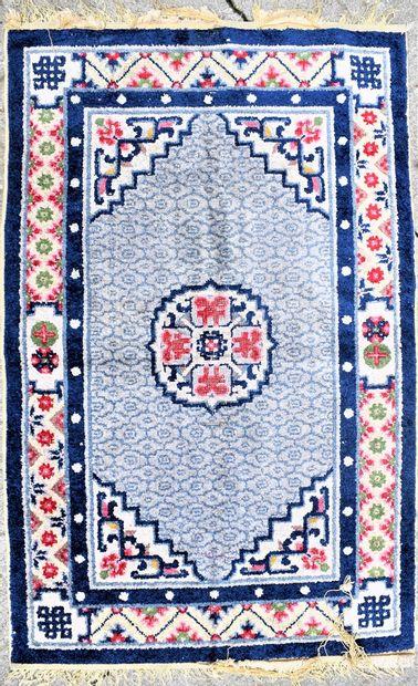 Petit tapis en laine tissée  Chine, XXe siècle...