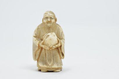 JAPON - XXème siècle  Nestuke en ivoire sculpté...