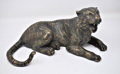 JAPON  Tigre en bronze à patine dorée  H.:...
