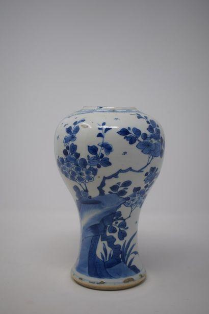 CHINE - Vers 1900.  Vase en porcelaine de...