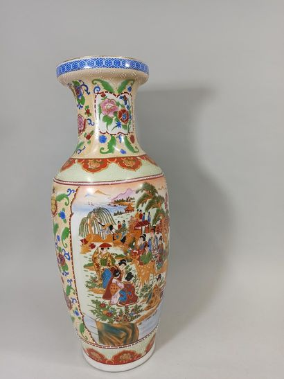 CHINE XXème  Paire de vases en porcelaine...