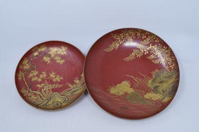 JAPON, XXème siècle  Deux assiettes en bois...