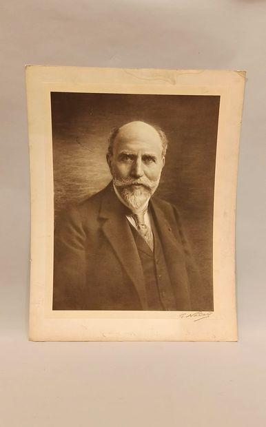 Héliogravure représentant un portrait d'homme...
